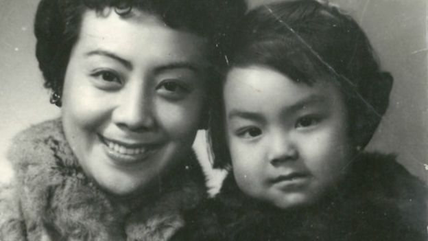 The Author as a child with her mother Li Yuru